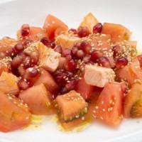 Салат из лосося, помидоров и граната