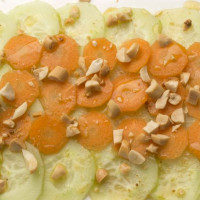 Салат из огурца, моркови и арахиса
