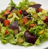 Салат из свеклы, помидоров, с солеными огурцами и латуком