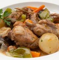 Тушеный кролик с овощами и черносливом