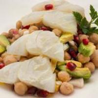 Салат с треской, нутом, авокадо и гранатом