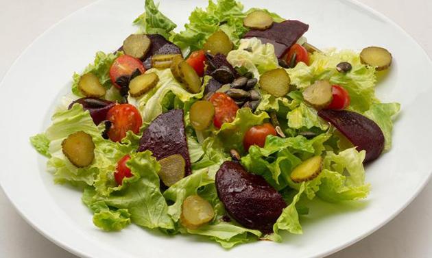 Салат со свеклой, помидорами, солеными огурцами и латуком