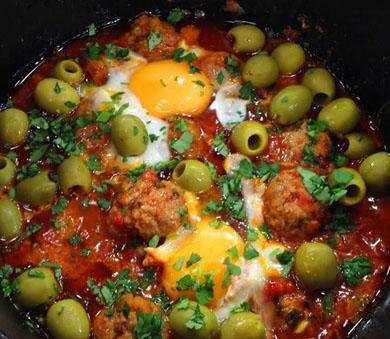 Говяжьи фрикадельки с яйцами и оливками