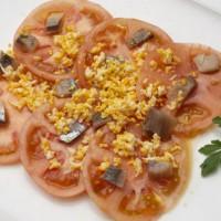 Салат из помидоров, копченых сардин и яйца